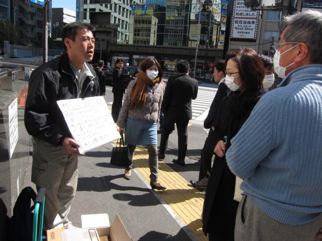 Anh Fujita kêu gọi mọi người hỗ trợ khăn để mình đem đến tổ chức thiện nguyện giúp đỡ các em trẻ sơ sinh bị lạnh giá.