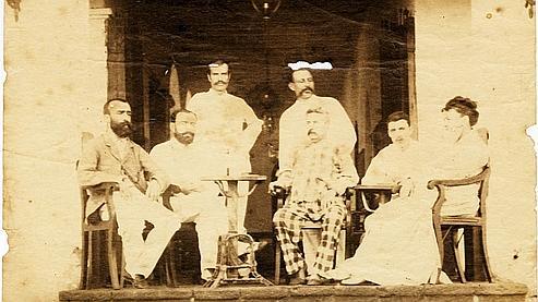 Một bức ảnh mới tìm thấy về Arthur Rimbaud trong ngôi nhà của ông ở Ethiopia (người thứ 2 từ bên phải)