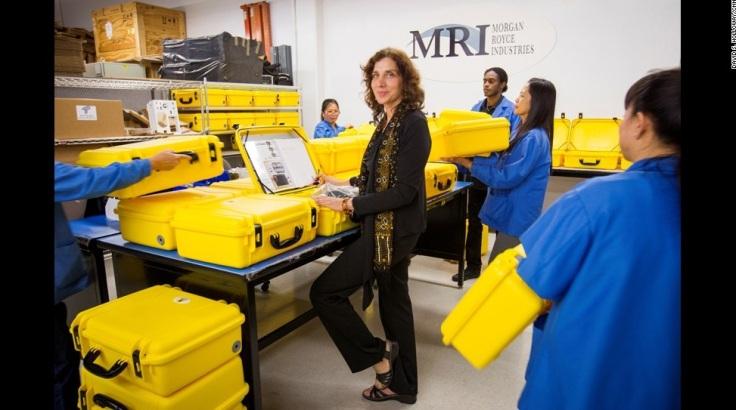 """Thiết kế đơn giản, dễ vận chuyển, dễ sử dụng trong điều kiện khắc nghiệt là yếu tố khiến chiếc """"vali mặt trời"""" hữu dụng với những phòng mạch vùng quê nghèo ở châu Phi."""