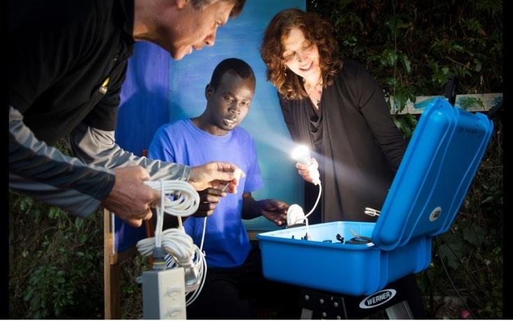 """Bác sĩ Laura Stachel và chồng, ông Hal Aronson hướng dẫn một nhân viên y tế sử dụng chiếc """"vali mặt trời""""."""