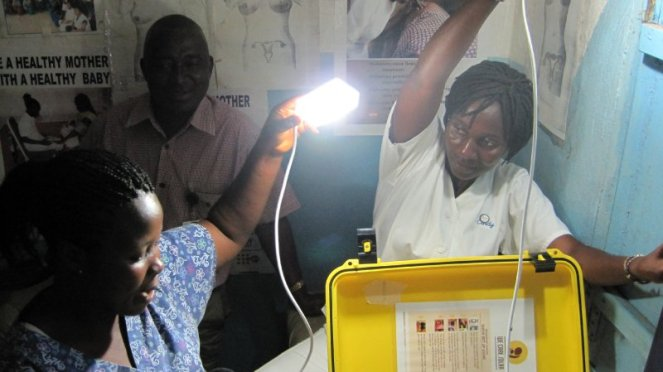 Những y tá ở Liberia sử dụng chiếc vali để thắp sáng trong những đêm cần phẫu thuật khẩn cấp.