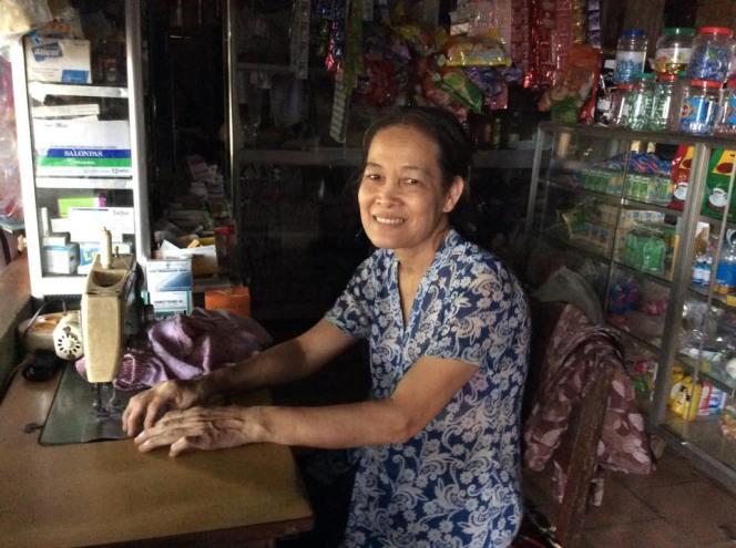 Bà Nguyễn Thị Tròn năm nay 60 tuổi, bà làm thợ may và y tá tại nhà, trong một tiệm tạp hóa nhỏ ở Dương Minh Châu, Tây Ninh. Bà không lập gia đình. Ảnh: Khải Đơn