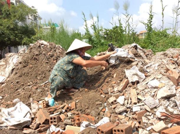 Bà Nguyễn Thị Cẩm - 65 tuổi - tự tay làm lại con đường ngập sâu  gần nhà để mọi người có thể đi lại an toàn hơn